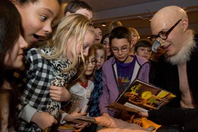 Autogramme für kleine Fans: Marcel Metten als Geier begeistert die Kinder. Foto: Florian Wallenwein