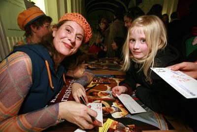 Autogramme für kleine Fans: Ulrike Spengler und Sophia